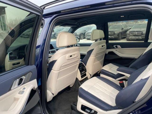"""内饰方面:2021款宝马X7新车整体设计风格与概念版车型基本保持一致。细节方面,新车中控台遵循着宝马""""以驾驶员为中心""""的原则,全液晶仪表搭配12.3英寸中控液晶屏,科幻感十足。同时,宝马为其配备了全新玻璃材质的电子挡把,极大限度的提升了该车的奢华质感。"""
