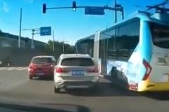 京城公交车恶意变道,与宝马斗气飙车!网友:全国公交都这样