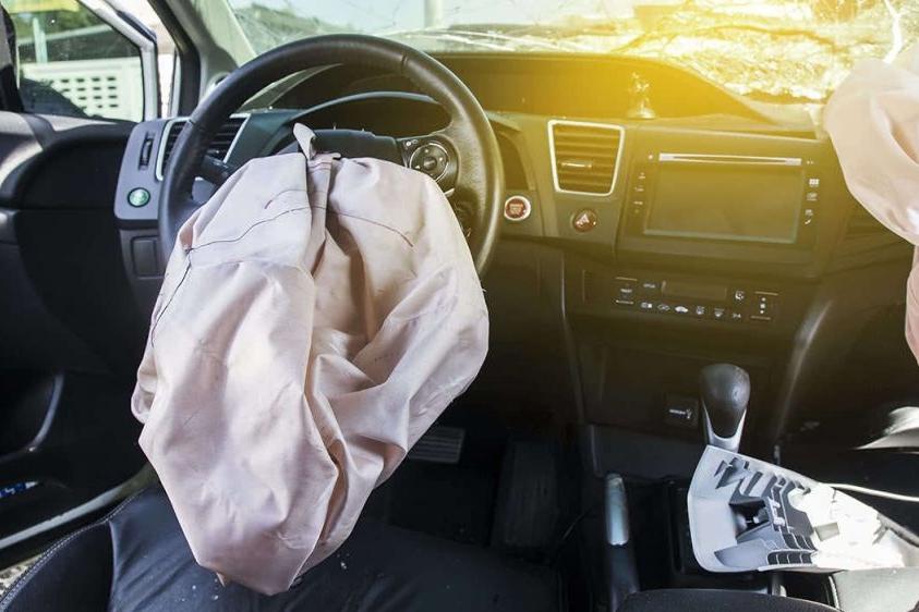 7.5代本田雅阁安全气囊突然自爆,驾驶员遭飞出物割伤动脉重伤