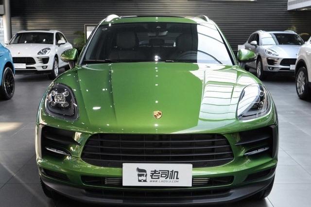 保时捷Macan 2.0T 入门版,起步价54.5万,随便选选,比如这辆试驾车,车漆1.18万,轮圈4.94万,彩色轮毂盖2千,这就已经60开外了。轮圈绿色比较少见,我没找到选配价格,哪位懂行的给科普下,多谢