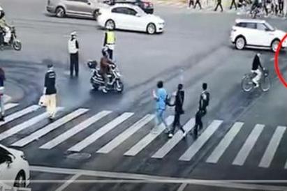 又是速度过快失控!小车横冲上海闹市致2死12伤