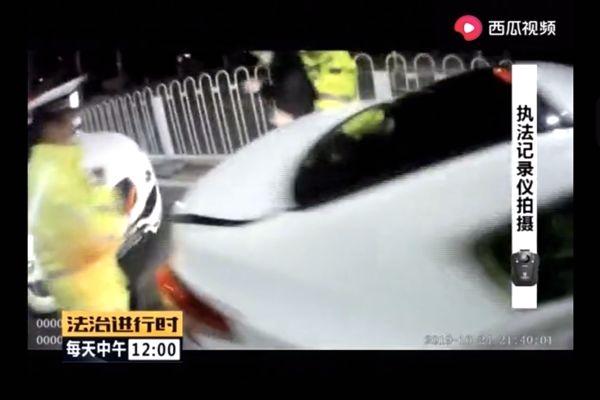 上头了?酒驾滴滴司机倒车躲避交警,撞百万豪车