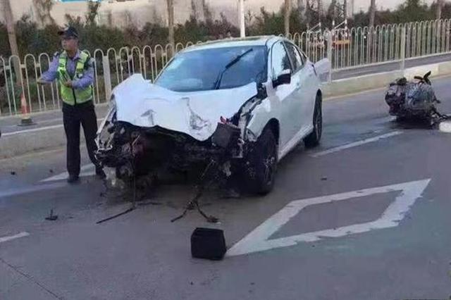 本田思域发生碰撞事故,发动机都掉出来了,你猜人咋样?
