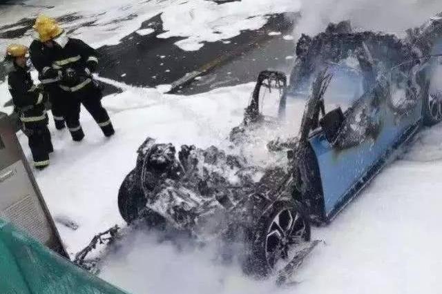 研发自毁系统应对自燃!蔚来新专利:您先下车,我找地儿自焚去