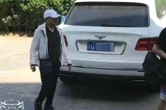 潘长江开宾利去提车,买百万MPV不墨迹,当场刷卡