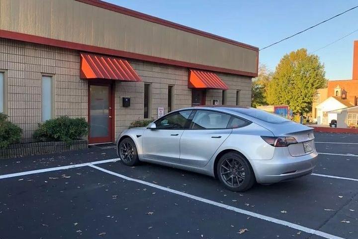 特斯拉Model 3称霸美国中小型豪车市场,份额达21%