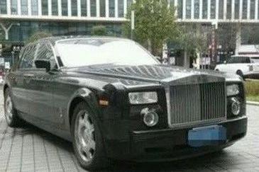 他一部电影就赚13亿,买了800万豪车也不开,骑个电瓶车满大街跑