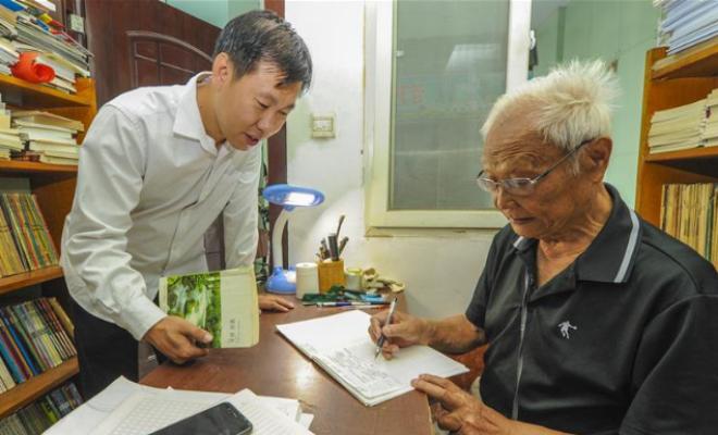 老人开办图书馆 社区共享读书乐