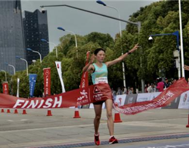 云南女将张德顺夺得昆明高原国际半程马拉松女子组冠军