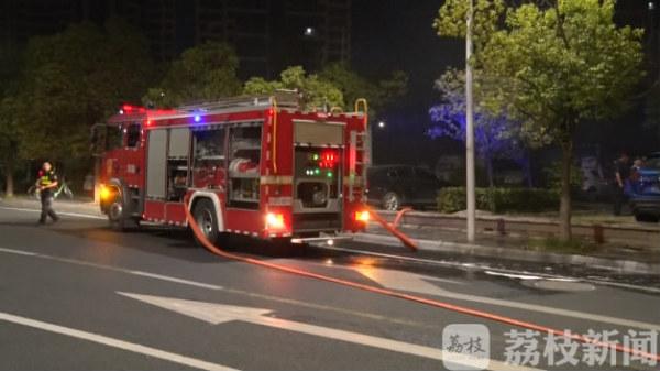南京 凌晨江宁一处充电桩失火 烧毁多辆车