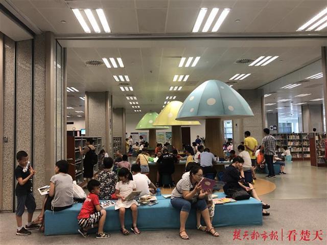每天上午8点半排队长龙浩浩荡荡 图书馆读者爆棚