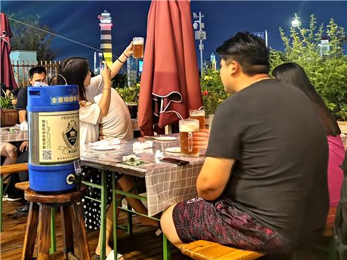 鮮啤當天產當天運 青島金沙灘啤酒城德華精釀啤酒吧人氣火爆