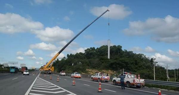 茂湛高速沿线70块违法广告牌全拆除