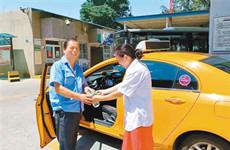 慰问驾驶员 西安出租车大发彩票行业 开展为期一月送清凉活动