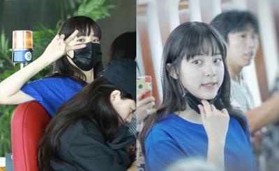 欧阳娜娜与妹妹机场合体 对镜比V给粉丝签名活力十足