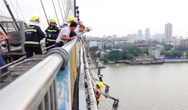 广州一桥检车出故障4名工人被困 已全部救出