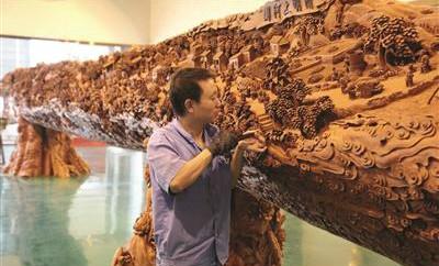 雕刻工匠历时9年 18米长红木上雕出《清明上河图》