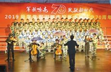 用歌声致敬新时代 4500余名师生雨中唱出豪迈激情