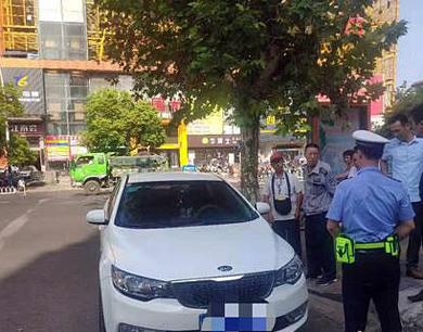 粗心司机忘拉手刹 小车一路溜到交警大队