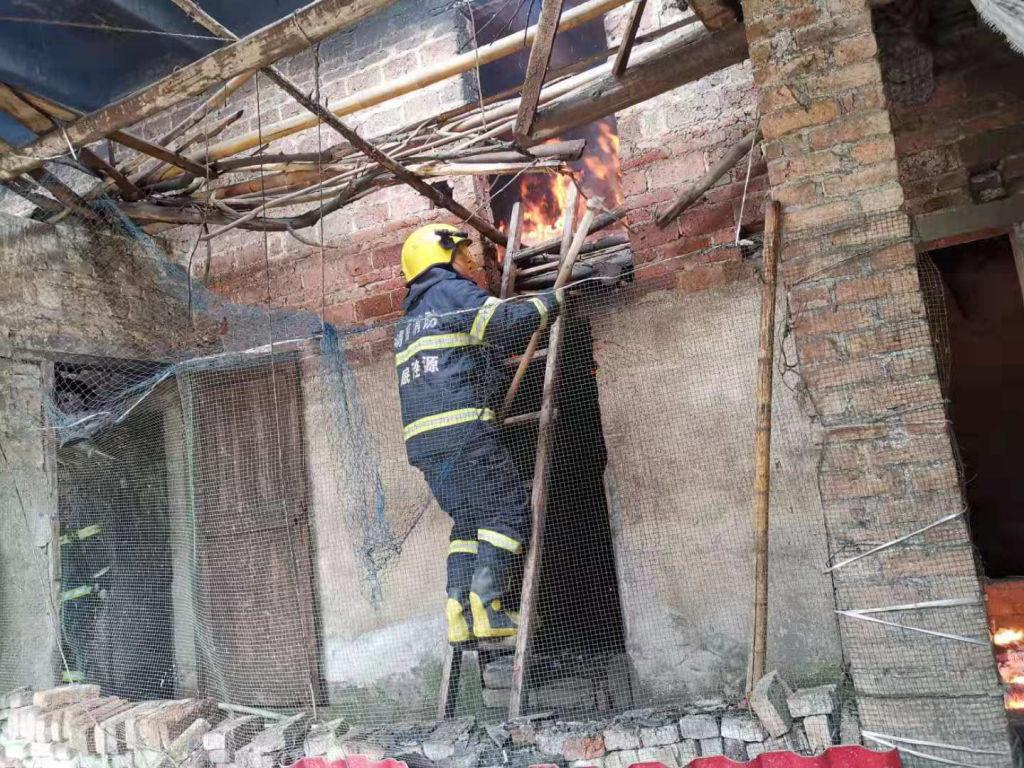 村民在堆放易燃物杂物房煮猪食 接连引燃5间房屋