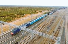 由105辆货车组成 陕西首列万吨重载列车开行