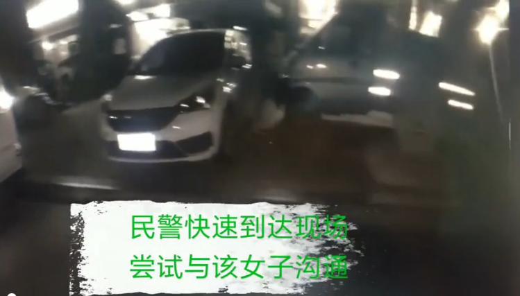 六安一女子在小区门口持刀砍砸路边车辆
