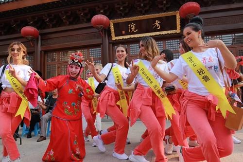 """67名世界旅游小姐齐聚这座古城 中国文化""""俘获"""
