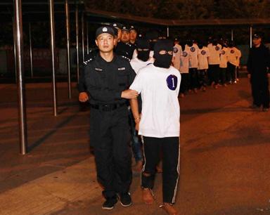 海口警方从中缅边境将18名电信网络诈骗嫌疑人押解回琼