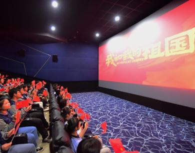 观看爱国影片 凝聚青春力量