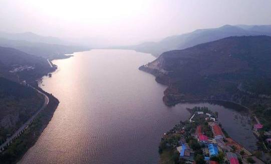 深秋济南锦绣川水库水量丰盈,逆流到河道上游数公里