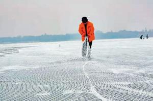 贵阳:江面铺上安全网戏雪玩冰