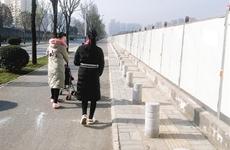 西安:隔离石墩占人行道 市民推婴儿车只能走非机动车道