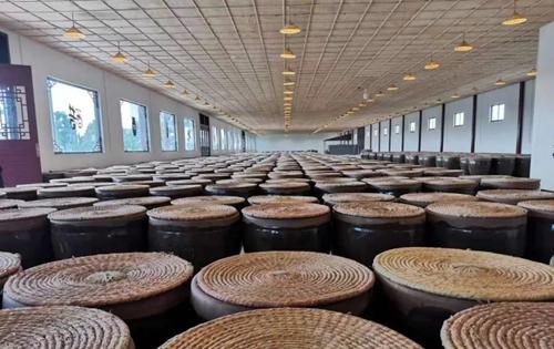 聘用翟集村酿醋多年的民间手法艺人师傅,全程手工制作,传承古法酿造.