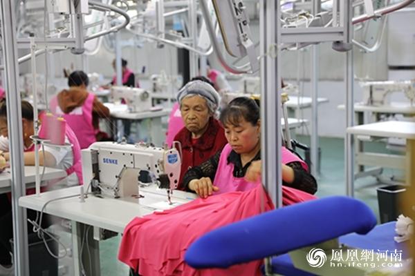 河南柘城:扶贫工厂建村头 村民