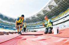 铺设主体育场橡胶跑道 西安奥体中心建设即将收官