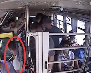 """企图给司机""""好处费""""私了 一男子在公交上盗窃被逮"""