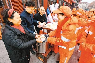 温暖这座城:西安大雁塔爱心店家请3000名保洁员吃腊八粥