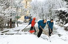 陕西省迎新年首场降雪 铁路部门迅速应对确保安全出行