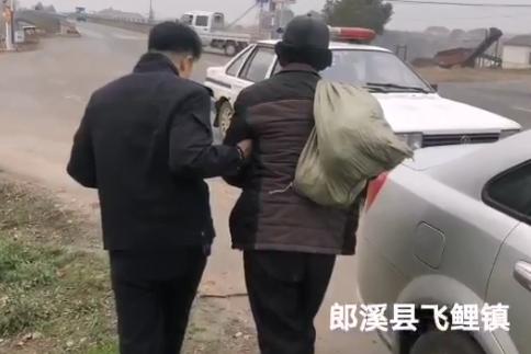 江苏老人走两天一夜被安徽警方救助:给孩子备年货