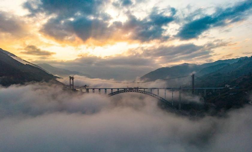 """""""飞阅""""大瑞铁路怒江特大桥 穿云破雾气势如虹"""