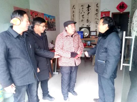 阜阳一乡村学校开展春节期间慰问退休教师活动