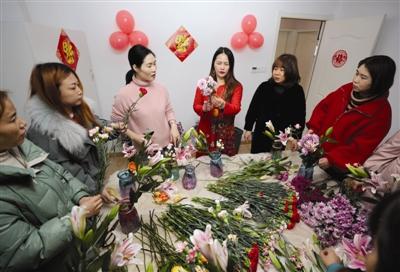 滁州:【网络中国节·春节】学插花 迎新年
