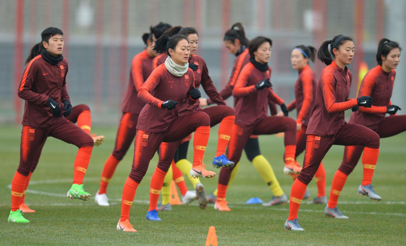 """女足完成赛前适应场地训练 将与澳大利亚争夺小组头名 """" width="""