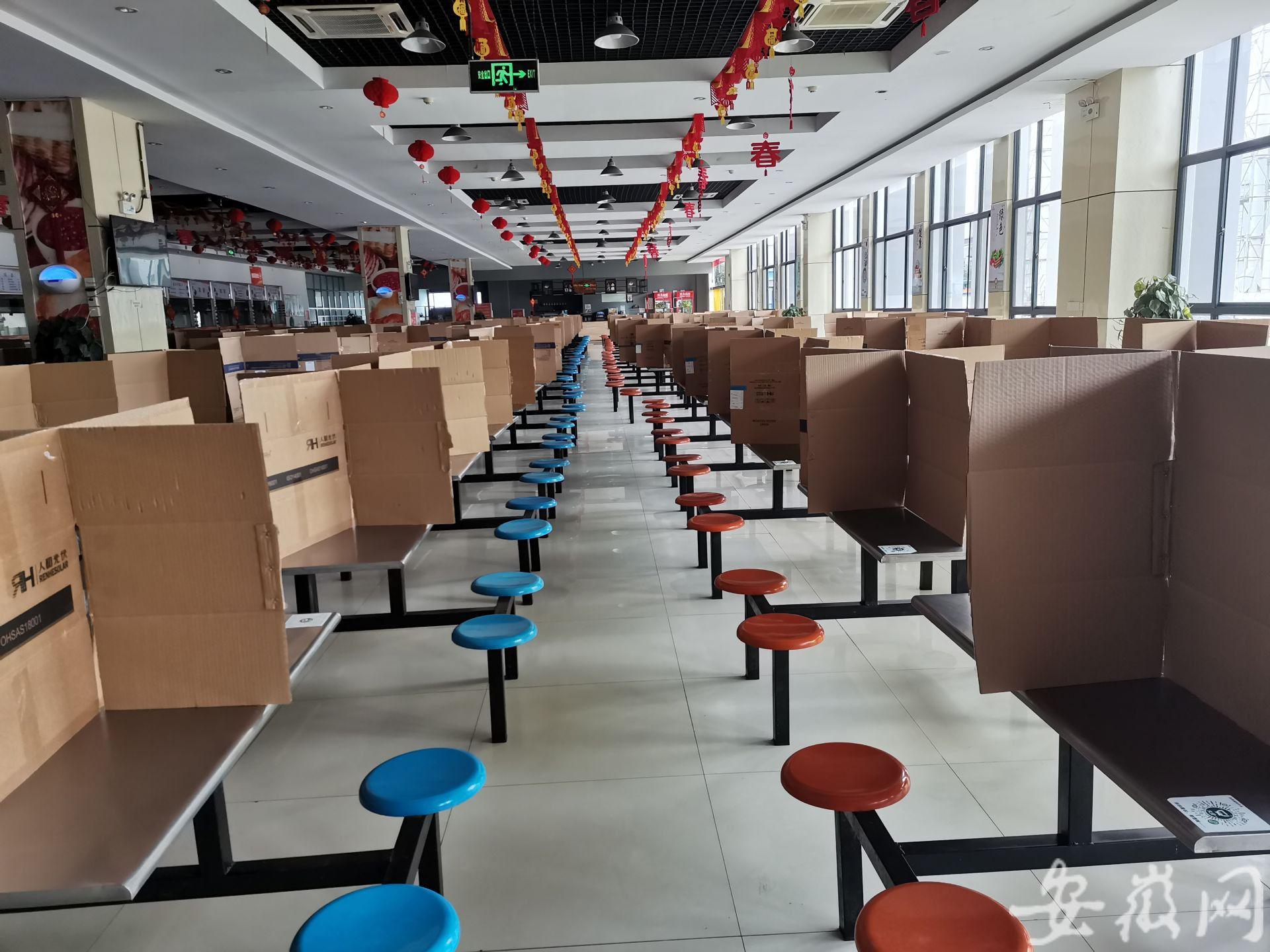 合肥复工首日探访企业:员工食堂餐桌上放置了隔板