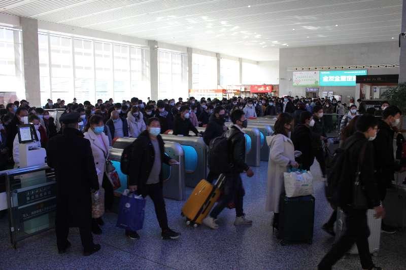 蚌埠南站开行复工人员始发列车 632名蚌埠籍务工人员赴江沪返岗
