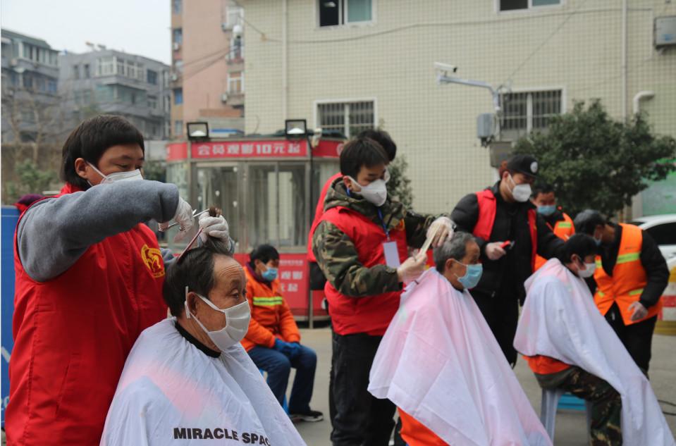 """蚌埠:美发师关爱疫线""""城市美容师"""""""