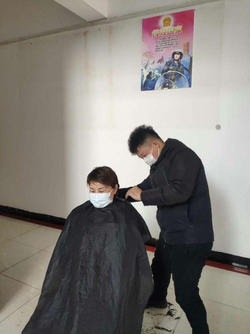 怀宁县:贫困户免费为乡村防疫人员理发