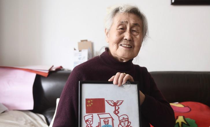85岁老人创作抗疫剪纸作品为医护人员点赞