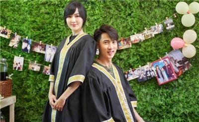 吴尊夫妇拍毕业合照 重穿学士服还原当年场景