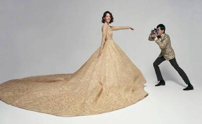 黄子佼夫妇婚纱照曝光,孟耿如穿金色拖尾裙对镜灿笑